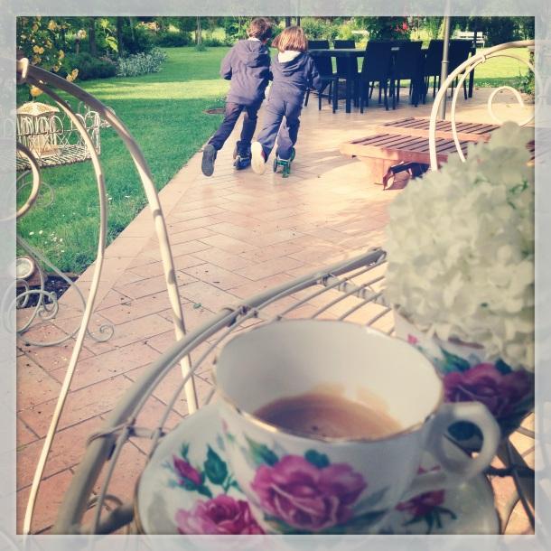 Relax in giardino: la mia immancabile tazza di caffè mentre i bimbi giocano