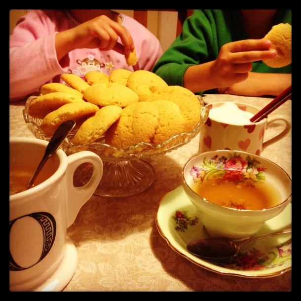 Biscotti, tisana, camomilla e schiumino ... night-night