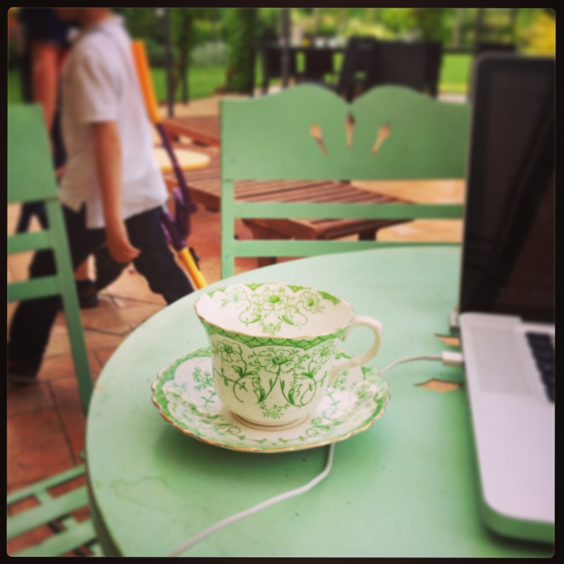 Garden, kids, work... and... a cup of coffee !
